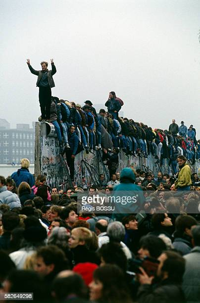 November 12th three days after the opening a spectacular action was organized at the Postdamer Platz to lift and evacuate several wall segments in...
