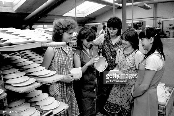 November 1986, Saxony, Torgau: A women's youth brigade in the VEB earthenware factory in Torgau at the end of the 1980s. Exact date of recording not...