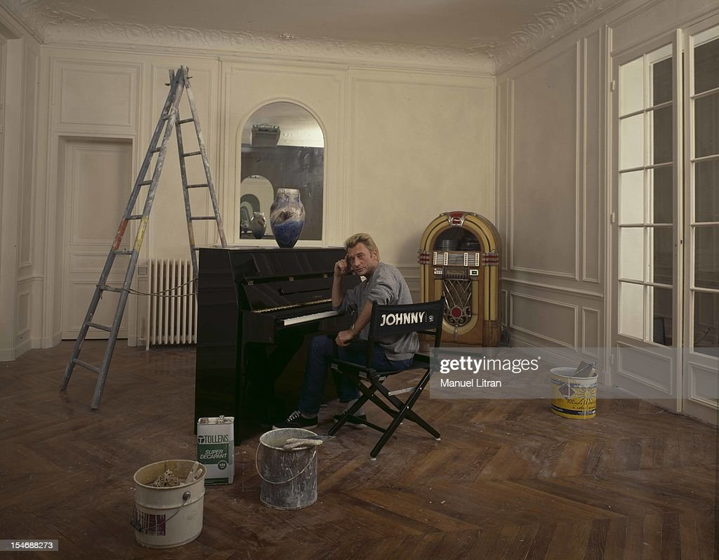 November 1986, the singer Johnny Hallyday has lived several months with his friend Chris Long, after his separation from Nathalie Baye. He just moved into her new apartment, decorated by Michele Gayraud. He asks, sitting on a chair cinema has its name. At the end of the apartment being renovated, a Wurlitzer jukebox from 1948.