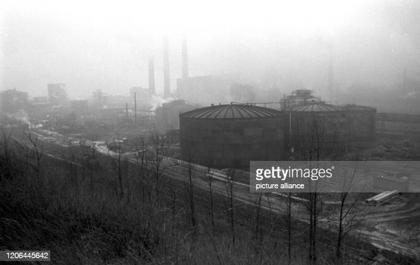 November 1989, Saxony, Espenhain: The smokestacks and chimneys at the VEB lignite combine Espenhain smoked at the end of the 1980s. Exact date of...