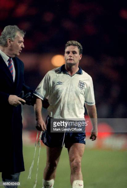 18 November 1992 World Cup Qualifier England v Turkey England Assistant manager Lawrie McMenemy talks to Paul Gascoigne at the end of the match at...