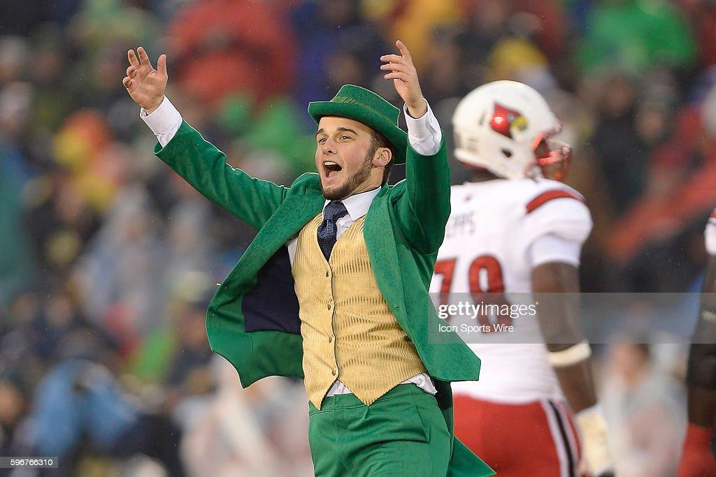 NCAA FOOTBALL: NOV 22 Louisville at Notre Dame : News Photo