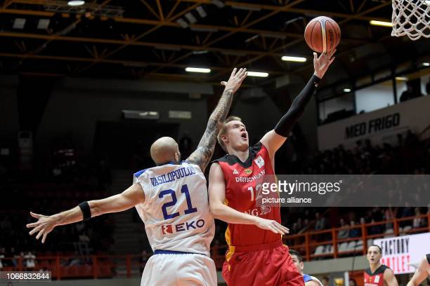 Basketball World Cup qualification Greece Germany Europe 2nd round Group L 3rd matchday The German Robin Benzing and the Greek Panagiotis...