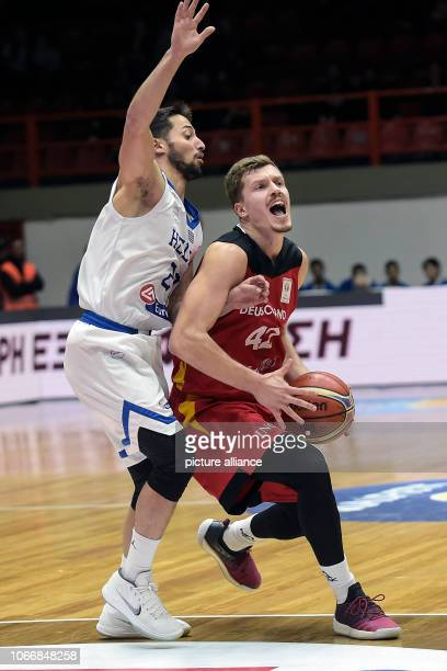 Basketball World Cup qualification Greece Germany Europe 2nd round Group L 3rd matchday The German Niels Giffey and the Greek Nikos Gkikas are...