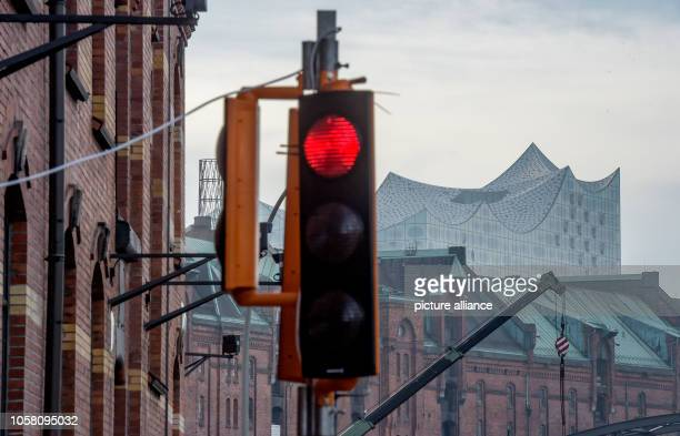 November 2018, Hamburg: A traffic light controlled by the new 5G technology is located next to the headquarters of the Hamburg Port Authority, HPA....