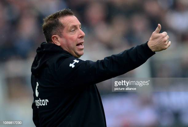 Soccer 2nd Bundesliga 13th matchday FC St Pauli FC Heidenheim at Millerntor Stadium Hamburg coach Markus Kauczinski gives instructions during the...