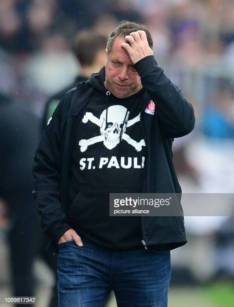 Soccer 2nd Bundesliga 13th matchday FC St Pauli FC Heidenheim at Millerntor Stadium Hamburg coach Markus Kauczinski during the game Photo Daniel...