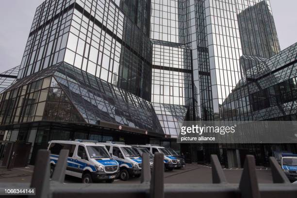November 2018, Hessen, Frankfurt/Main: Federal police vehicles are parked at Deutsche Bank's headquarters. A large contingent of investigators...