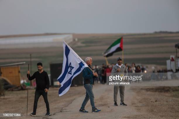 Israeli rightwing and Israeli leftwing activist demonstrate near the IsraelGaza border Photo Ilia Yefimovich/dpa