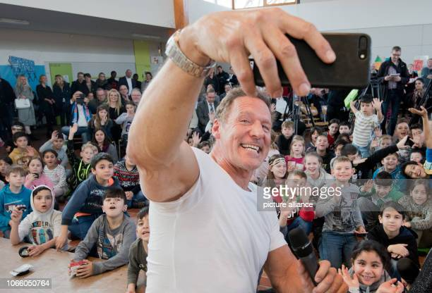 28 November 2018 Lower Saxony Salzgitter Actor Ralf Möller starts the campaign Starke Typen Starke Stadt with a selfie at the Kranichdammschule...