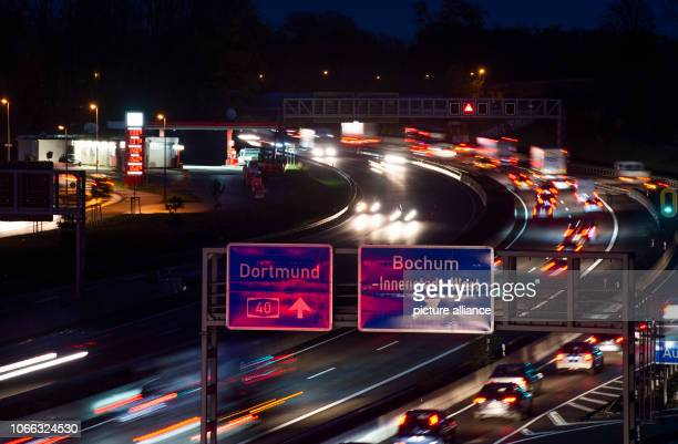 November 2018, North Rhine-Westphalia, Bochum: Cars drive on the highway 40. Photo: Christophe Gateau/dpa