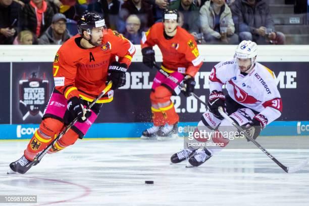 10 November 2018 North RhineWestphalia Krefeld Ice hockey Germany Cup Germany Switzerland 2nd matchday Germany's Daryl Boyle and the Swiss Jason...