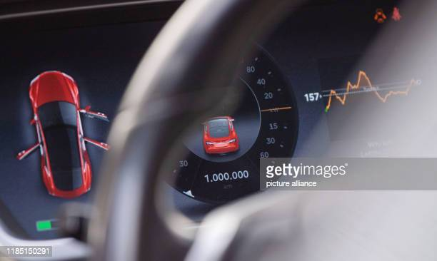 November 2019, Baden-Wuerttemberg, Stuttgart: The speedometer display in a Tesla Model S, built in 2013, shows 1 000 kilometres. The electric car of...