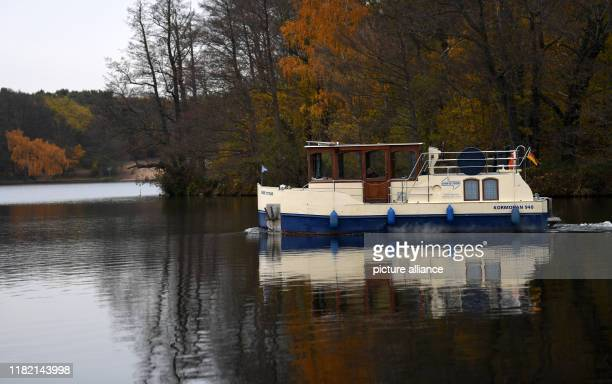 A small boat crosses the Werlsee near Grünheide According to government sources the planned factory of the electric car manufacturer Tesla will be...
