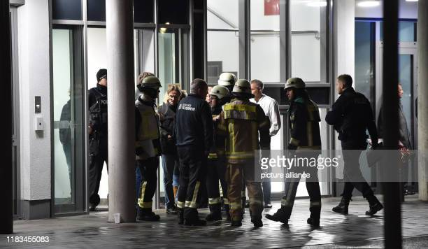 19 November 2019 Germany Berlin Firefighters policemen and medical personnel are standing in front of the private SchlossparkKlinik after a fight in...