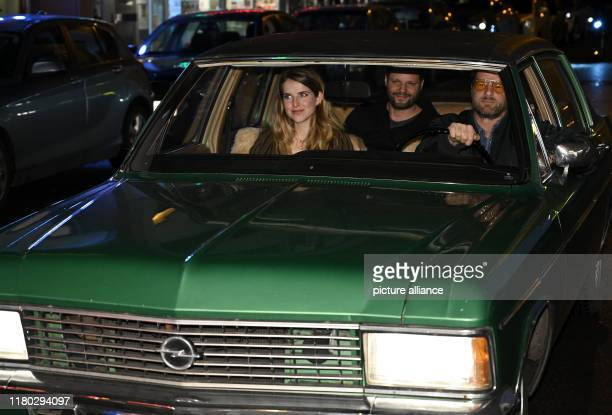 November 2019, North Rhine-Westphalia, Cologne: Actors Leonie Brill and Henning Baum and director Peter Thorwarth come in a film car from their film...
