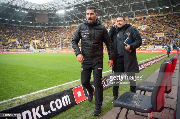 November 2019, Saxony, Dresden: Fußball: 2. Bundesliga, SG Dynamo Dresden - Holstein Kiel, 15. Spieltag, im Rudolf-Harbig-Stadion. Dynamos Trainer...