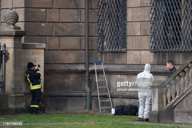 Police forces are standing in the bear garden next to the severed lattice window of the Green Vault at the Residenzschloss After the jewellery theft...