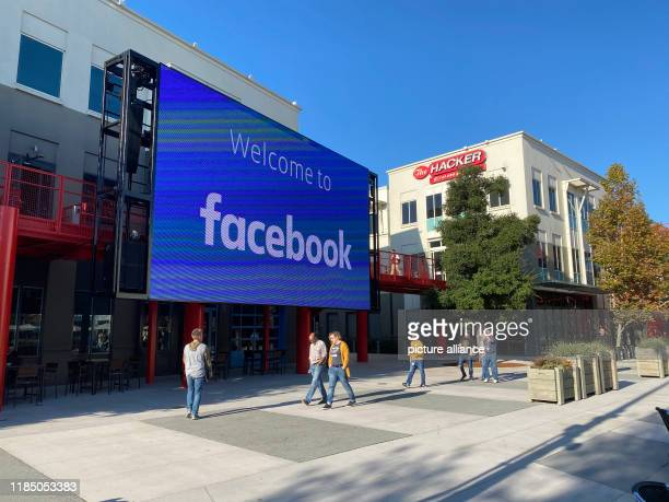 November 2019, US, Menlo Park: Employees of the Internet company Facebook walk through the courtyard of the company campus in Menlo Park, California....