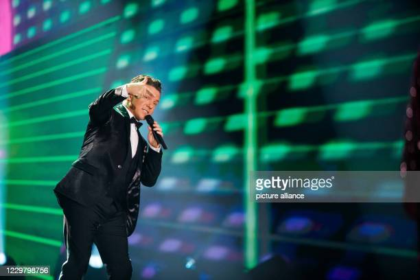 20 November 2020 BadenWuerttemberg Offenburg The musician Stefan Mross performs during a TV recording The Bavarian Broadcasting Corporation Swiss...