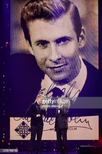 20 November 2020 BadenWuerttemberg Offenburg The presenter Jörg Pilawa and the musician Michael Holm stand on stage during a TV recording and talk to...