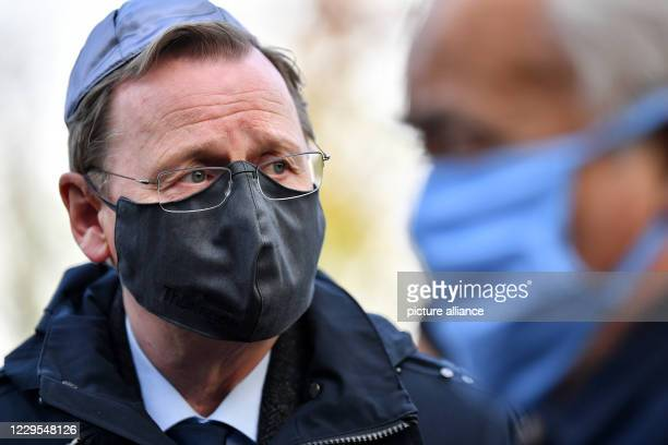 November 2020, Thuringia, Erfurt: Bodo Ramelow , Minister President of Thuringia, wears a mask and kippah at a memorial service in the Jewish...