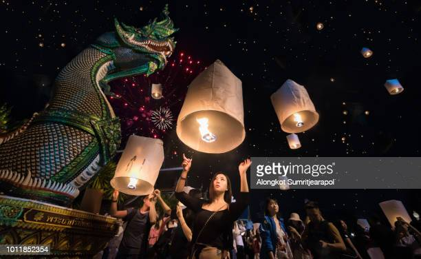 november 3, 2017 : young girl release sky lanterns to worship buddha's relics in new year and yeepeng festival at ban den temple, chiangmai,  thailand. (yee peng is balloon and fire and very faver to play in asia such as thailand, china and taiwan) - yi peng stock pictures, royalty-free photos & images