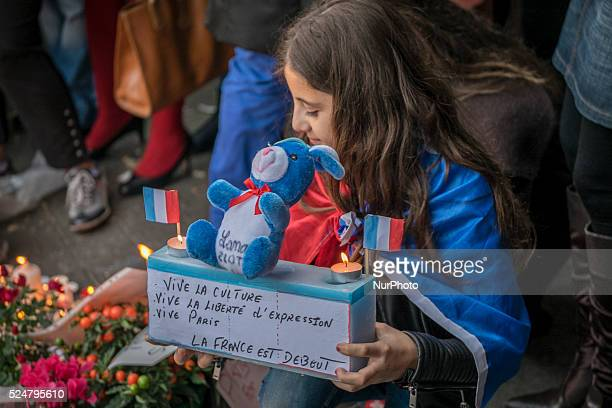 Boulevard Richard Lenoir à quelques mètres de la salle de concert du Bataclan recueillement et hommages aux victimes de l'attentat terroriste...