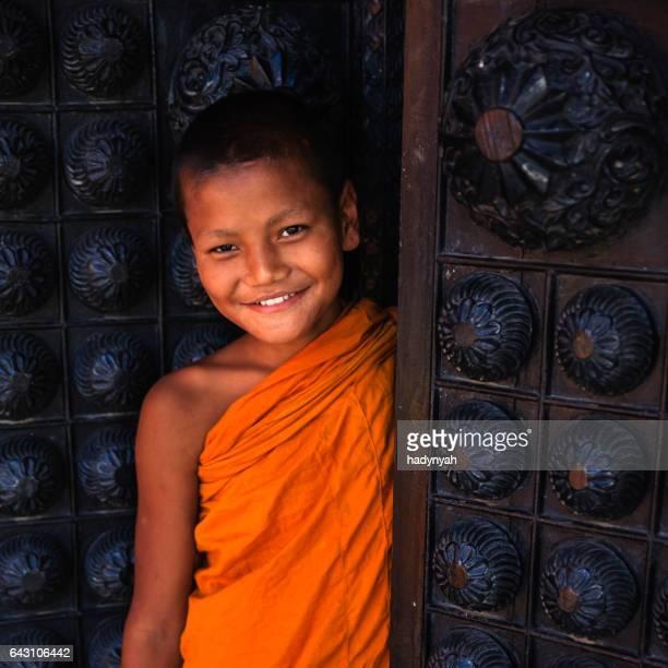 初心者僧侶バクタプル、ドアの外を見て - バクタプル ストックフォトと画像
