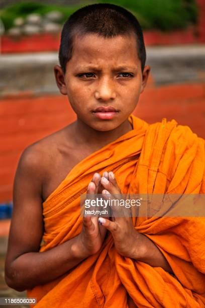 食事の前に祈る初心者の仏教僧、バクタプル - バクタプル ストックフォトと画像