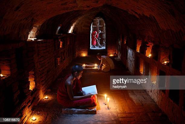 novice buddhist monks - tibetaanse cultuur stockfoto's en -beelden