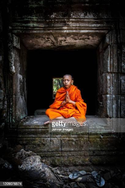 novice monk meditating - boeddhisme stockfoto's en -beelden