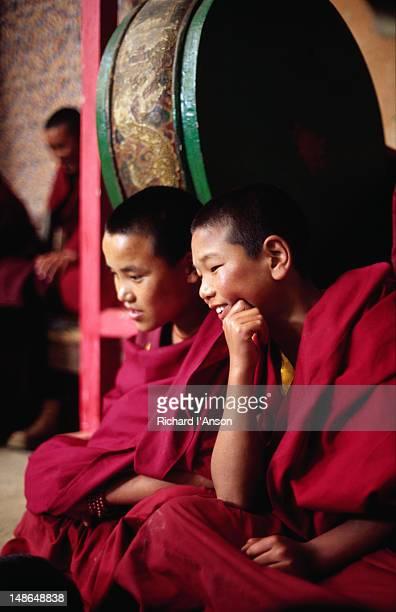 novice monks at mani rimdu festival at chiwang gompa (monastery). - mani rimdu festival stock pictures, royalty-free photos & images