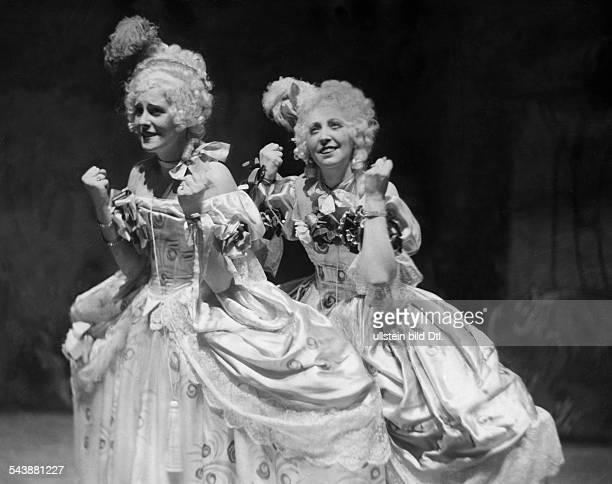 Novotna Jarmila Actress Singer Czechia* mit Else Ruzirzka in the opera 'Zierpuppen' by Felire Lattuadea Photographer Curt Ullmann Published by 'BZ'...