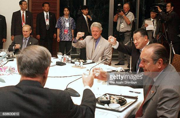 NRussian President Vladimir Putin, U.S. President Bill Clinton, Japanese Prime Minister Yoshiro Mori and French President Jacques Chirac toast...