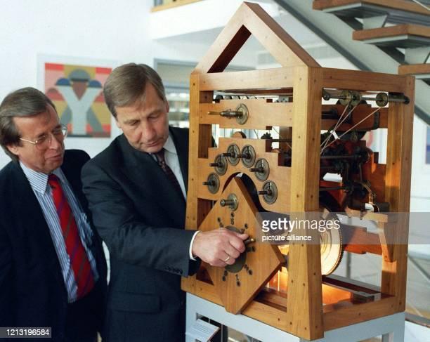 Minsterpräsident Wolfgang Clement versucht sich am 8.9.1999 an der funktionstüchtigen Rekonstruktion einer Vierspezies-Sprossenradmaschine von Poleni...