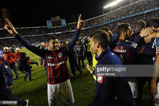 Néstor Ortigoza of San Lorenzo celebrates andvancing to the final after a second leg semifinal match between Bolivar and San Lorenzo as part of Copa...