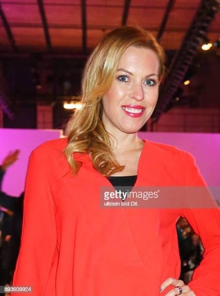 ntv Modersatorin Jule Goelsdorf Catwalkauftritt bietet die VintageShow von seenbeforede Online Store / Lavera Showfloor / bei FashionWeek Winter 2016...