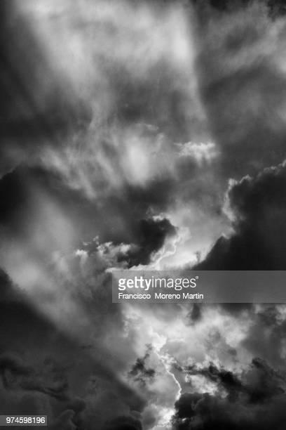 nubes y rayos, blanco y negro - blanco y negro bildbanksfoton och bilder