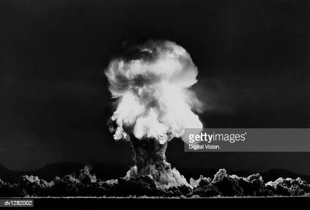 nuclear bomb explosion, nevada test, 23rd july 1957 - bomba nuclear fotografías e imágenes de stock