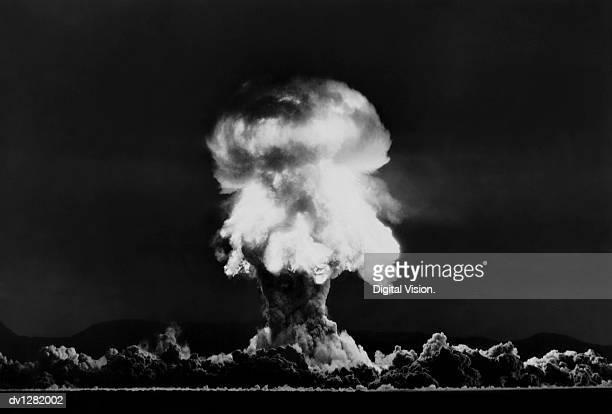 nuclear bomb explosion, nevada test, 23rd july 1957 - bomba nuclear - fotografias e filmes do acervo
