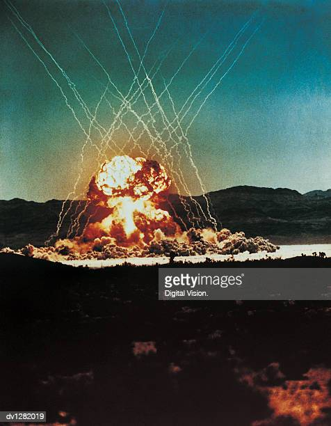 nuclear bomb test, nevada, april 1955 - bomba nuclear fotografías e imágenes de stock