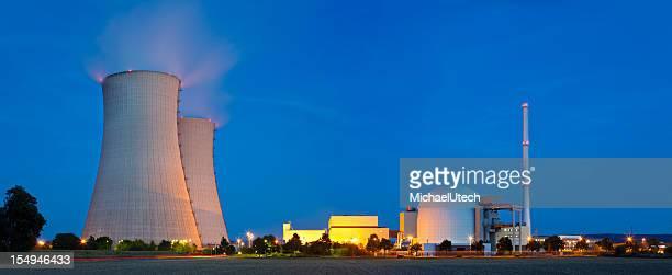Central Nuclear de noche