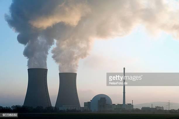Atomkraftwerk mit Dampf cooling Tower bei Sonnenaufgang