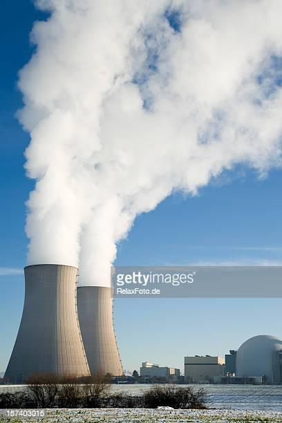 Central Nuclear con dos torres de refrigeración en invierno humeante