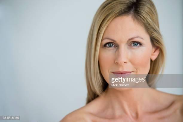 nude caucasian woman smiling - oben ohne frau stock-fotos und bilder