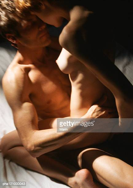 nude couple embracing, close-up - couple calin photos et images de collection