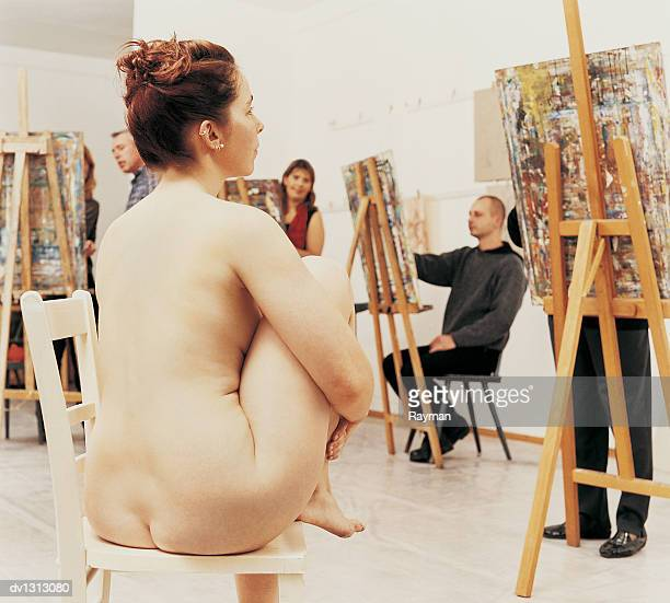 nude female model posing in a studio to art students - peinture corps photos et images de collection
