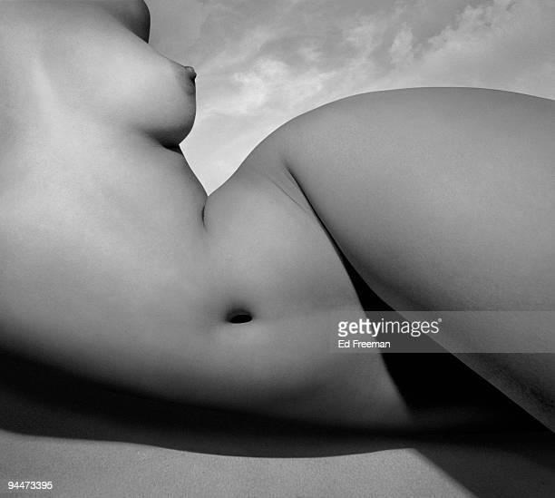 nude female torso - donna nuda sdraiata foto e immagini stock