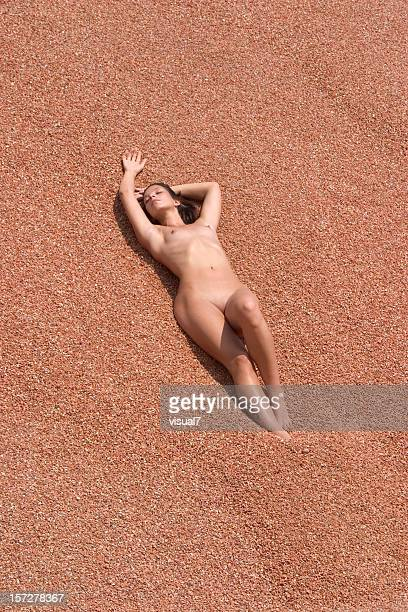 chica desnuda disfruta de sol - pechos de mujer playa fotografías e imágenes de stock
